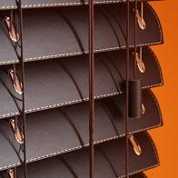 Ξύλινες Περσίδες με Επένδυση Δερματίνης